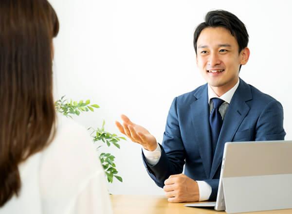 相談を受ける男性スタッフ